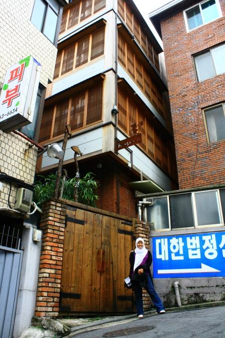 Tampak depan hostel, view pagi hari