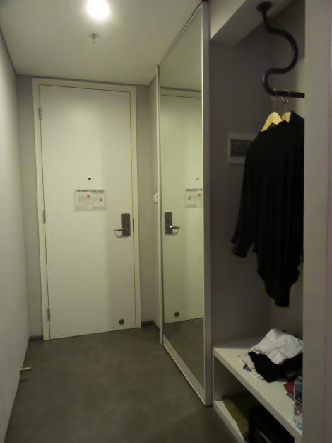 Cermin sebagai pintu toilet