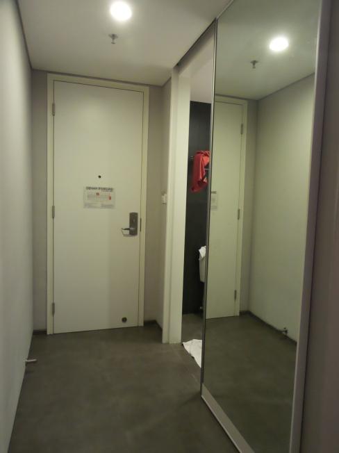Cermin sebagai pintu lemari