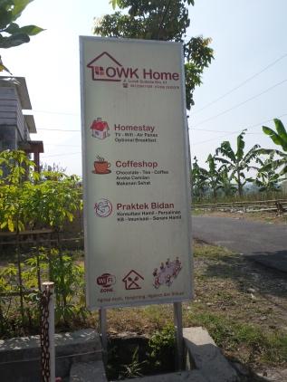 papan petunjuk OWK homestay di pinggir jalan