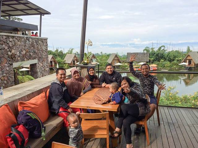 Full team dengan background danau yang jadi icon Dusun Bambu